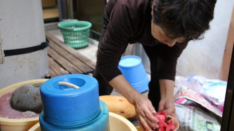 毎年大きな樽に漬物と味噌を作る